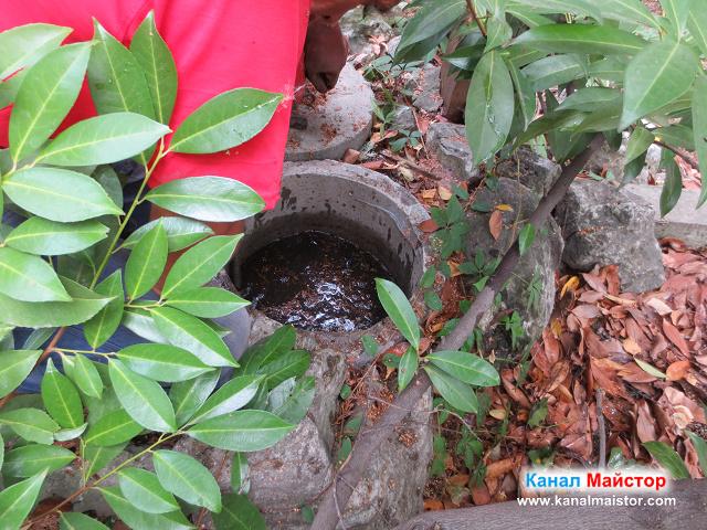 Вкарване на спиралите в пълната шахта с канализационна вода