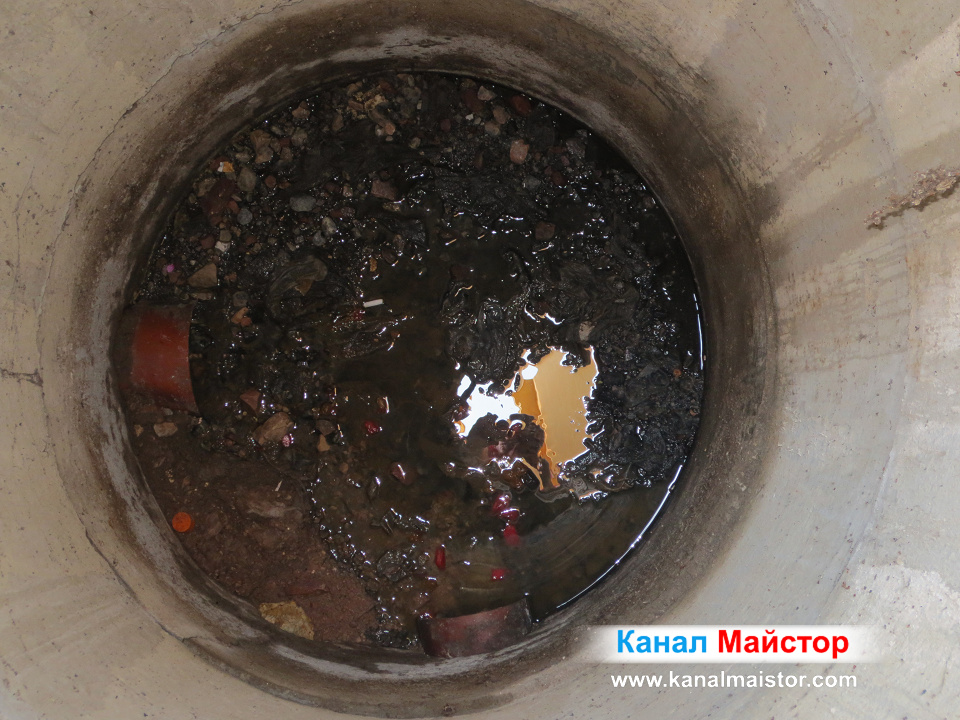 Това е дъното на шахтата преди ремонта - пълно е с боклуци