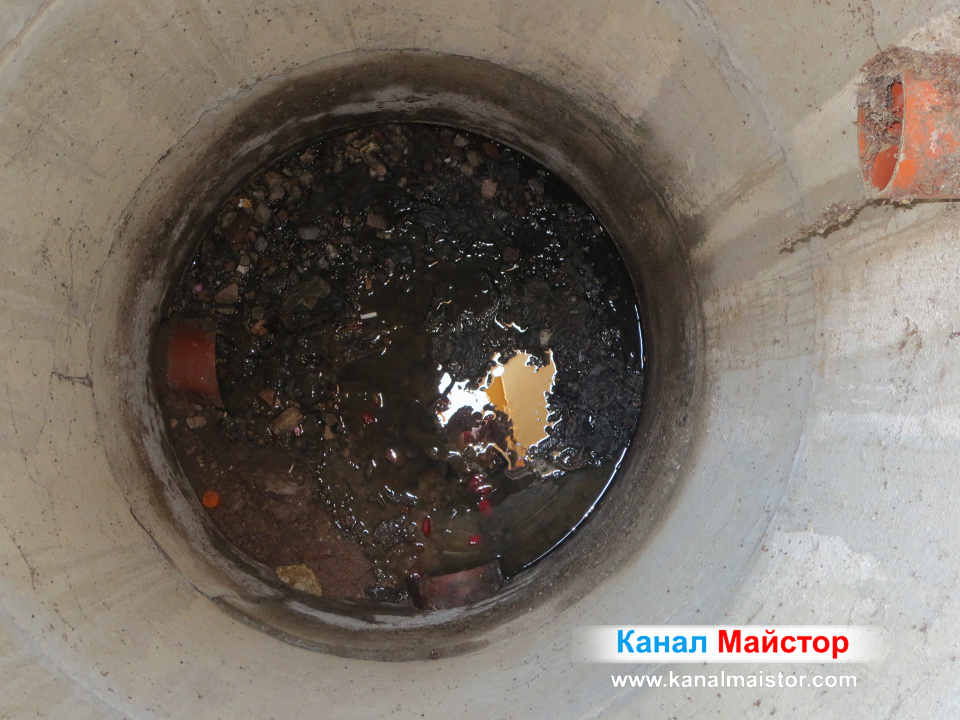 Ясно се виждат боклуците натрупали се в канализационната шахта