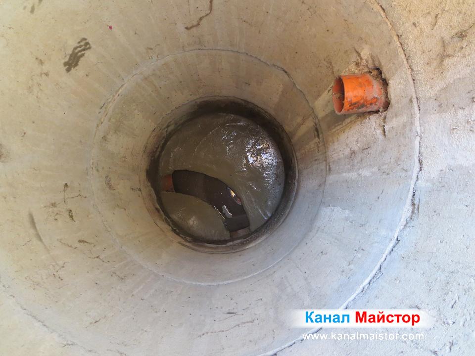 Далечен план на ремонтираната канализационна шахта