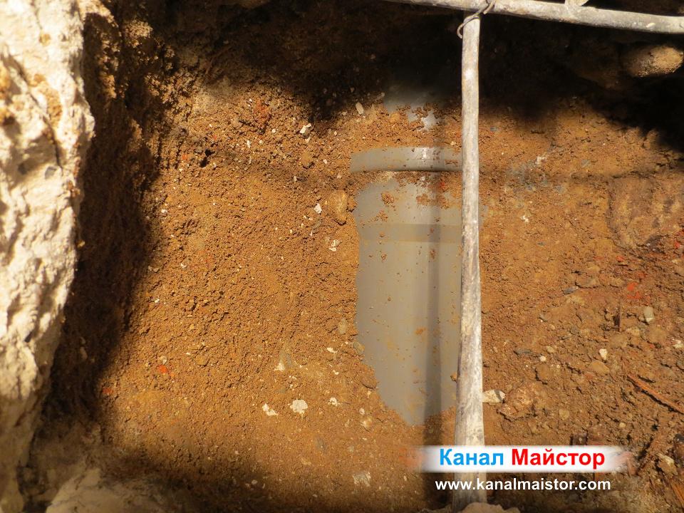 Тук се вижда общата тръба Ф160, която отвежда водата към уличната канализация