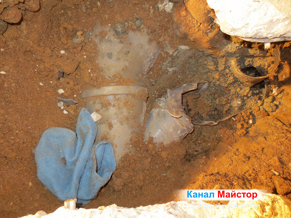 Изваждаме спуканата дъга от канализационнто разклонение