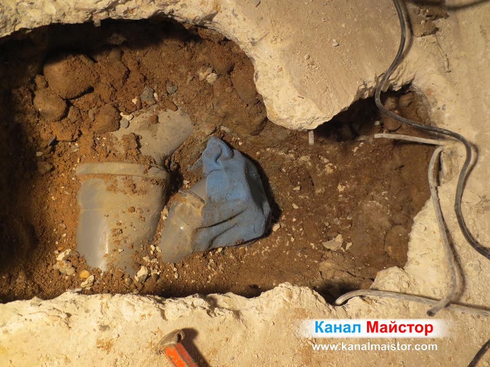 анализационното разклонение с кърпа поставена върху него, за да не влиза почва и други строителни материали в канализацията
