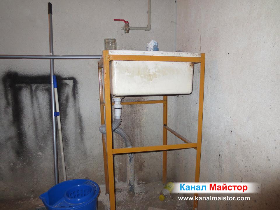 Тук се вижда как мивката е свързана към канализационна тръба