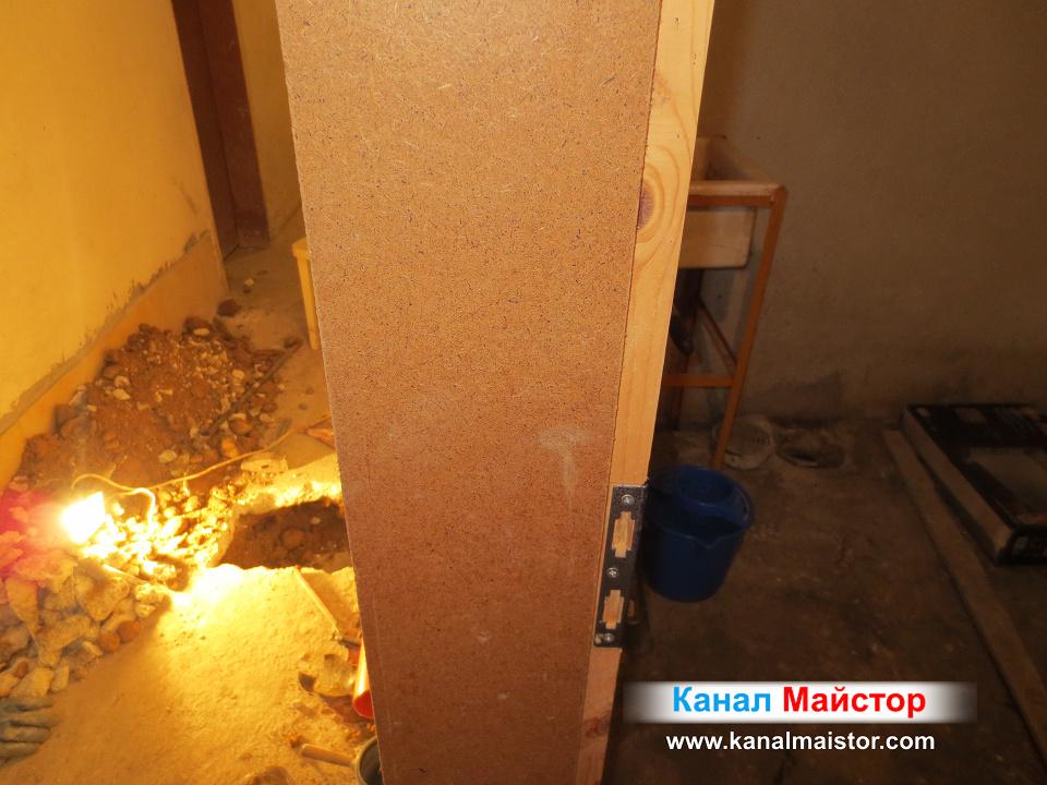 Това е стената деляща мазето от коридора - канализационна тръба обираща сифона и мивката минава под тази стена и се свързва с главният клон Ф160 на канализацията.