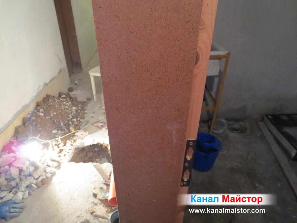 Тук пак се вижда стената, под която минава ремонтираната канализационна тръба