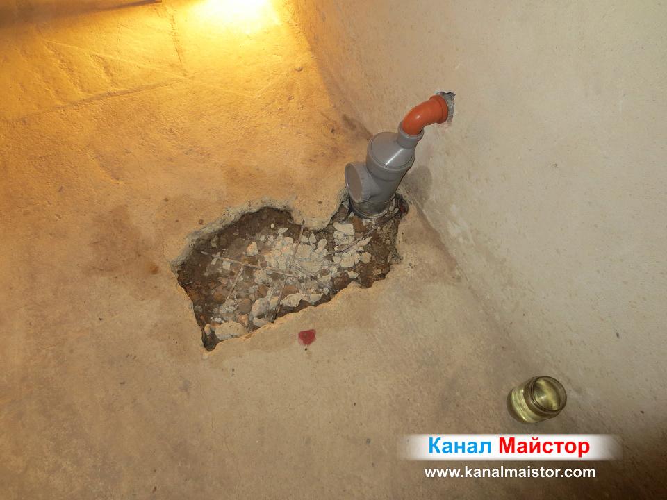 Тук се вижда как сме запълнили дупката в пода, с пръстта и замазката и предстои измазване с бетонова замазка върху новата канализационна тръба