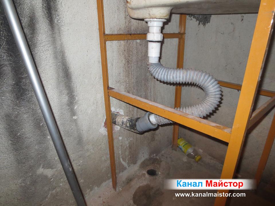 Канализационната връзка на мивката към новата канализационна тръба