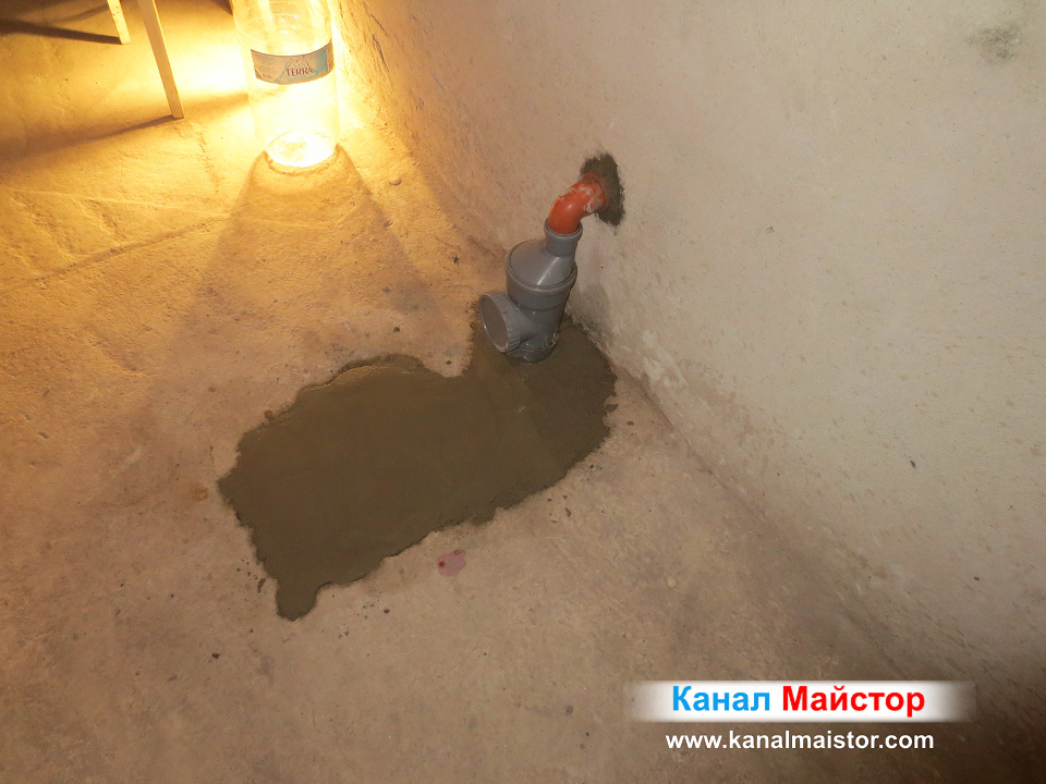 Вече замазният с бетонова замазка под е готов, а канализационната участък е ремонтиран, чрез смяна на връзката към мазето
