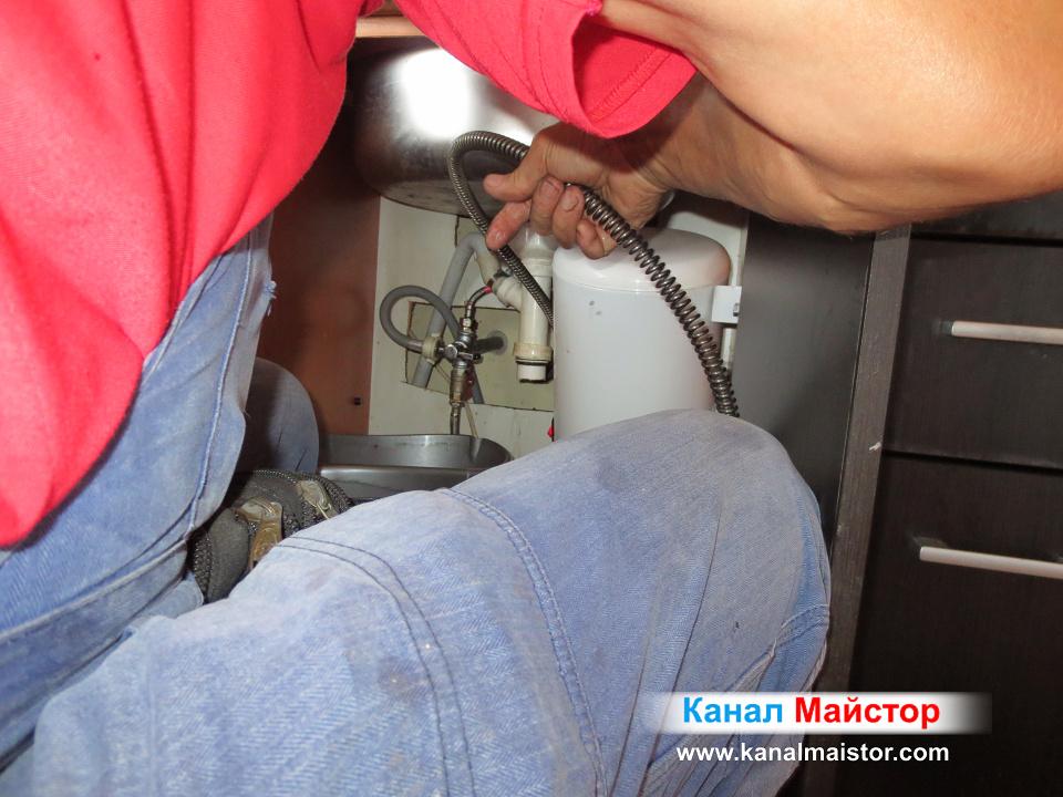 Отпушване на кухненската мивка през канализационната тръба под мивката