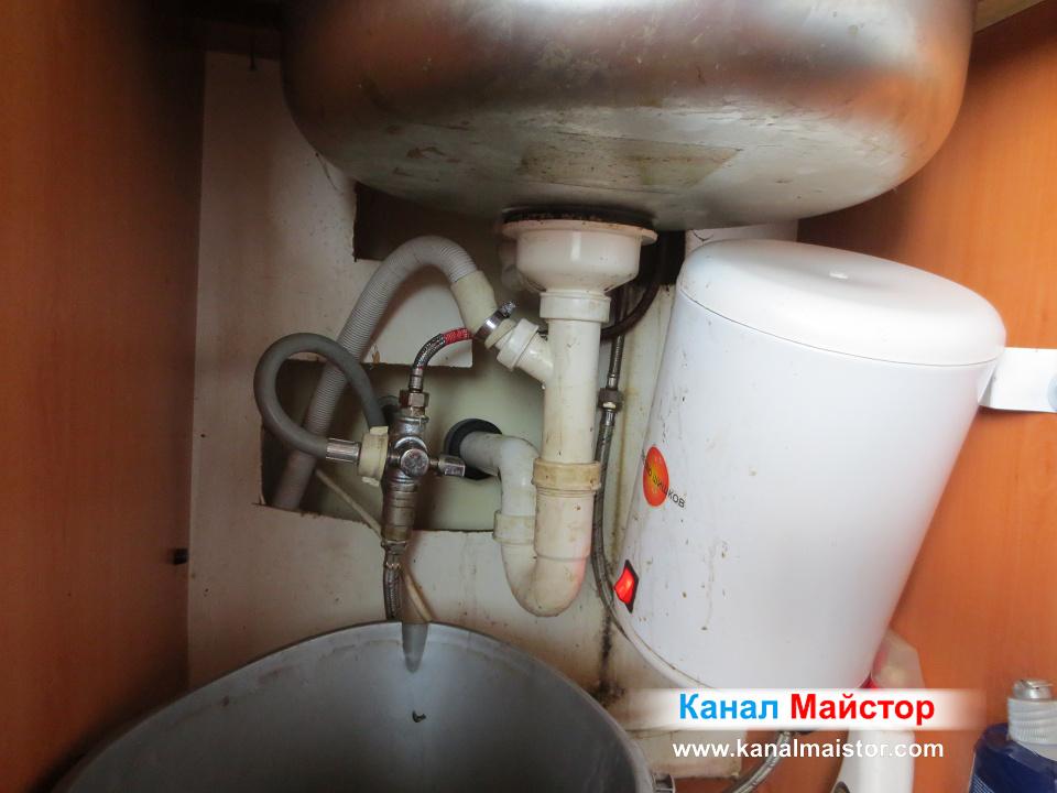 Сифона на отпушената мивка вече е закачен и тя може да се използва