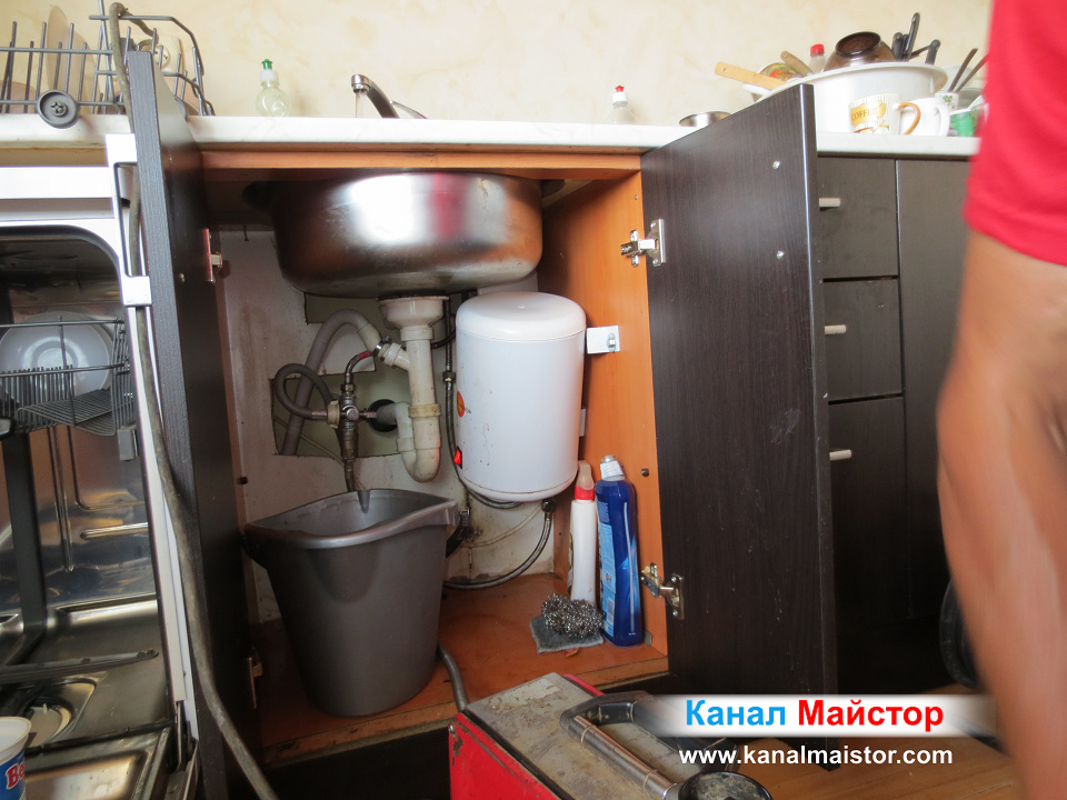 Канала на мивката работи и водата се оттича в него без да вдига ниво