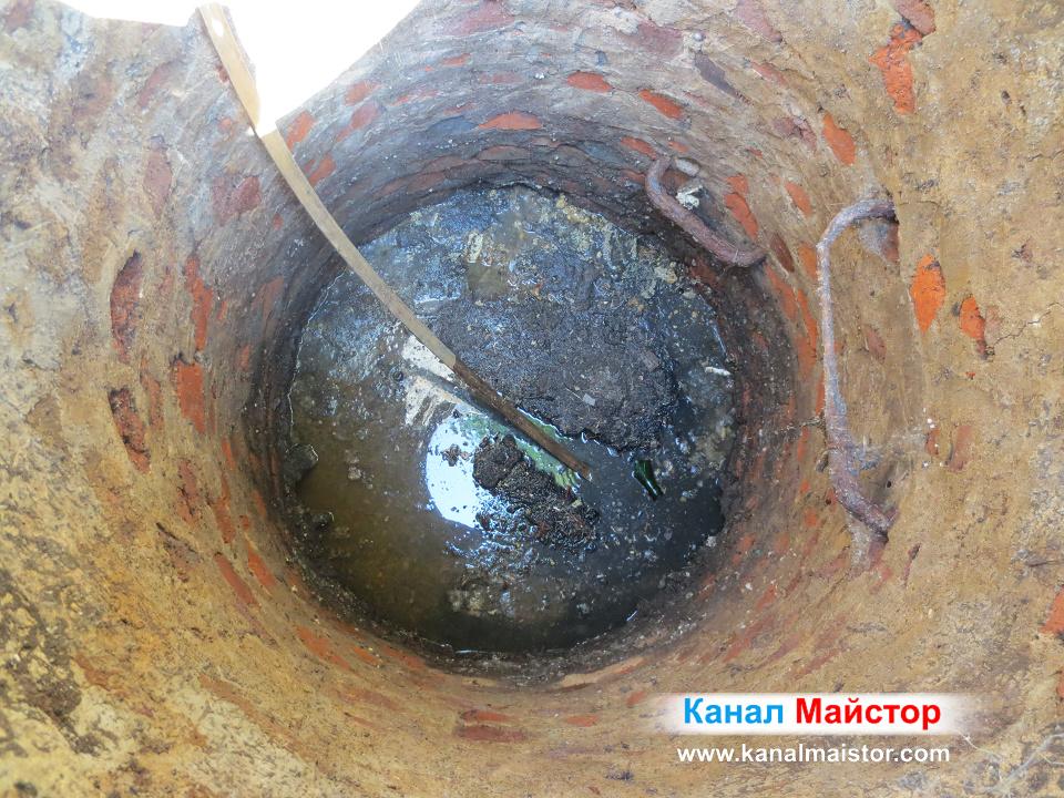 Вкарваме професионалната ни метална шина за отпушване на кнали в тръбата водеща към блока
