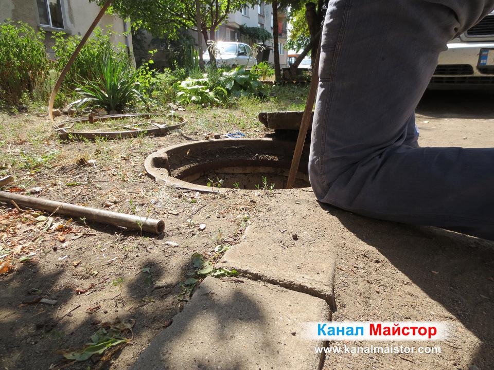 Удряме с шината в канализационната тръба, където е запушването