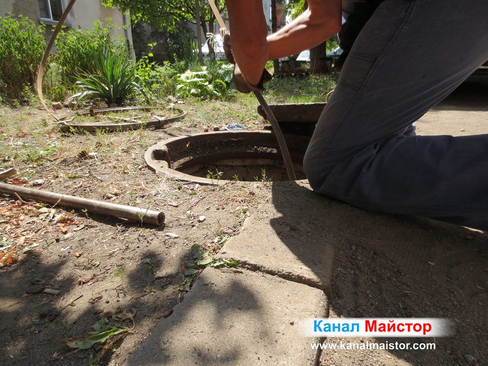 Продължаваме да удряме с метелната шина, докато отпушим канализацията на блока