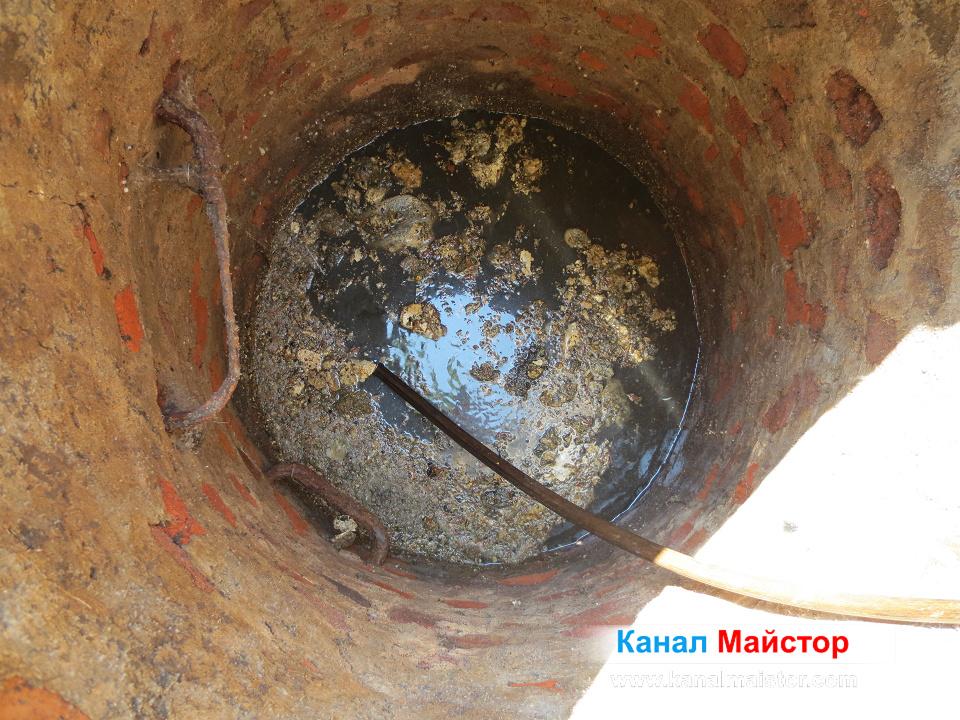 В шахтата се виждат мазнините, изплували от запушеният канал