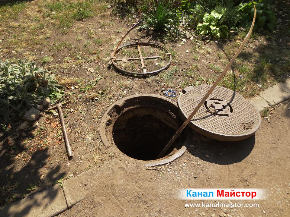 Отворената канализационна шахта през която отпушваме каналите на блока