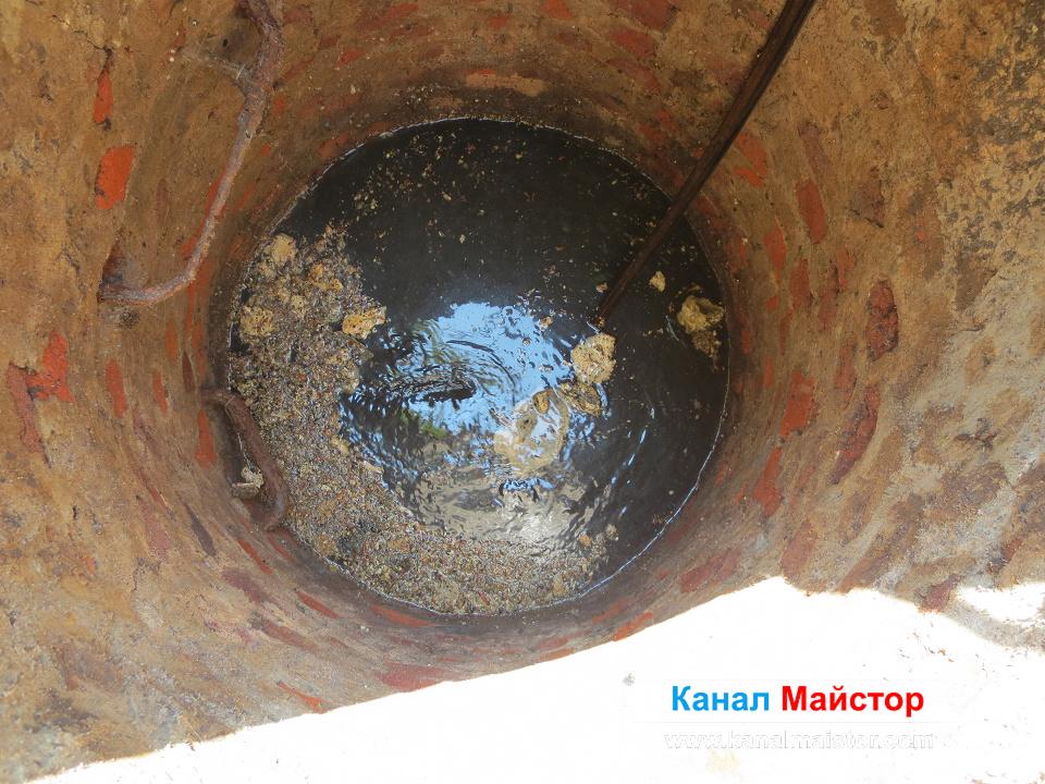 След ударите с шината по запушването в тръбата, водата започна да се изтича, а блокажа в канала беше пробит