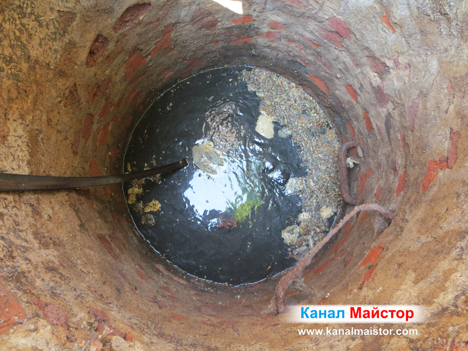 Задържаната от запушването мръсна вода, е доста, и изискваше време тя да се изтече и да спадне нивото на водата в шахтата