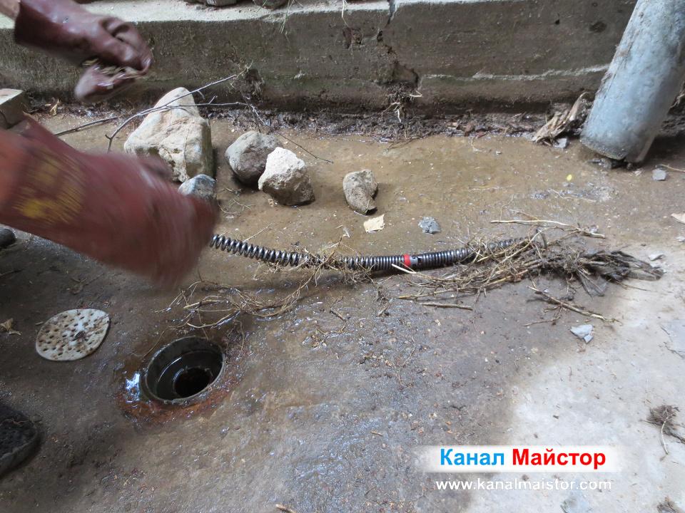 Почистваме пружините за отпушване на тръби, от усуканите около тях корени