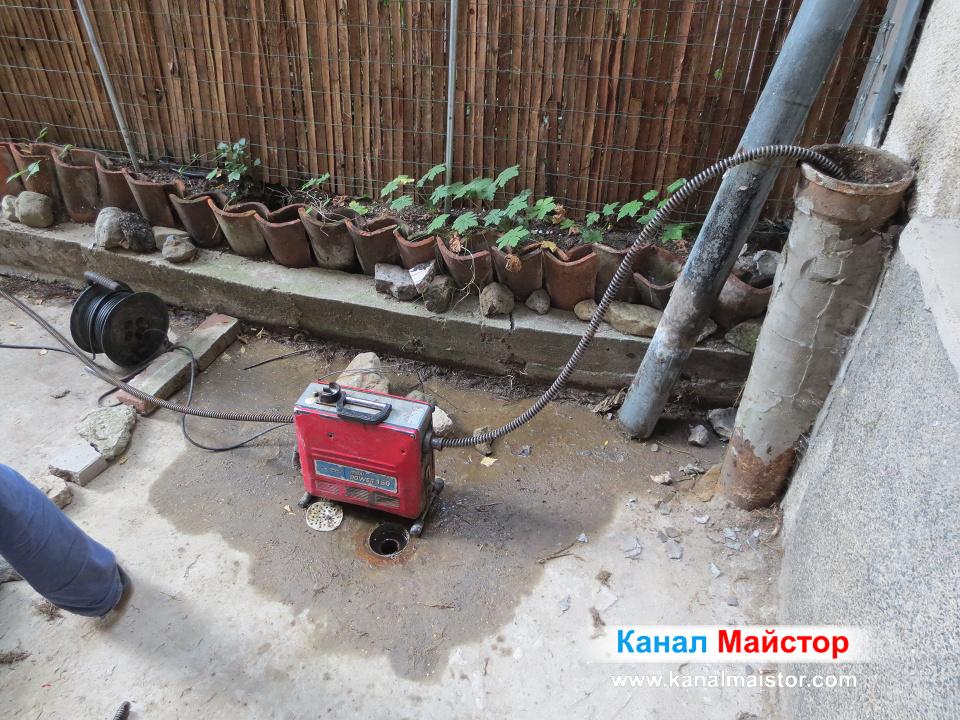Продължаваме с отпушването на тръбата за отвеждане на дъждовна вода
