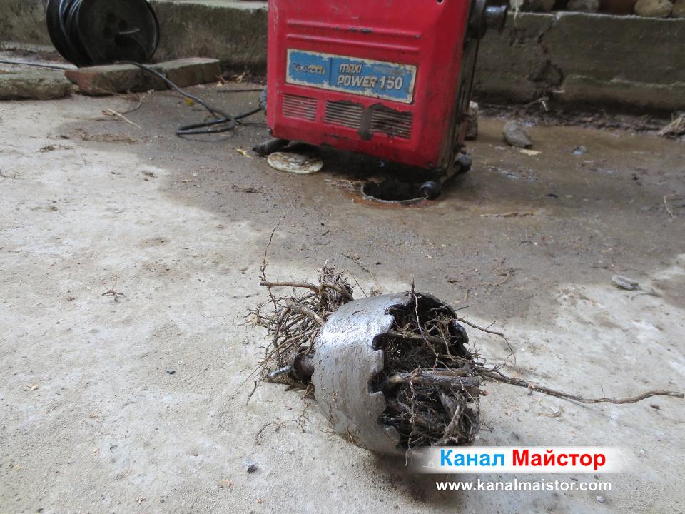 Топката корени извадена от канализацията с помощта на накрайника ни за рязане на корени