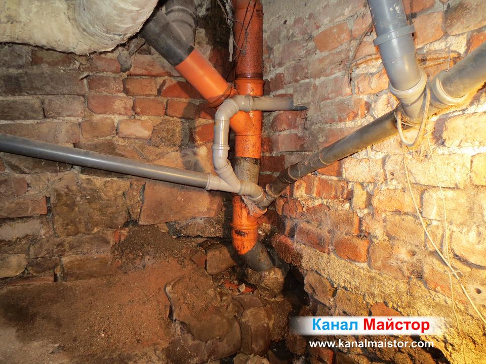 Вертикалните щрангове се събират в един общ щранг, през който отпушвахме канализацията