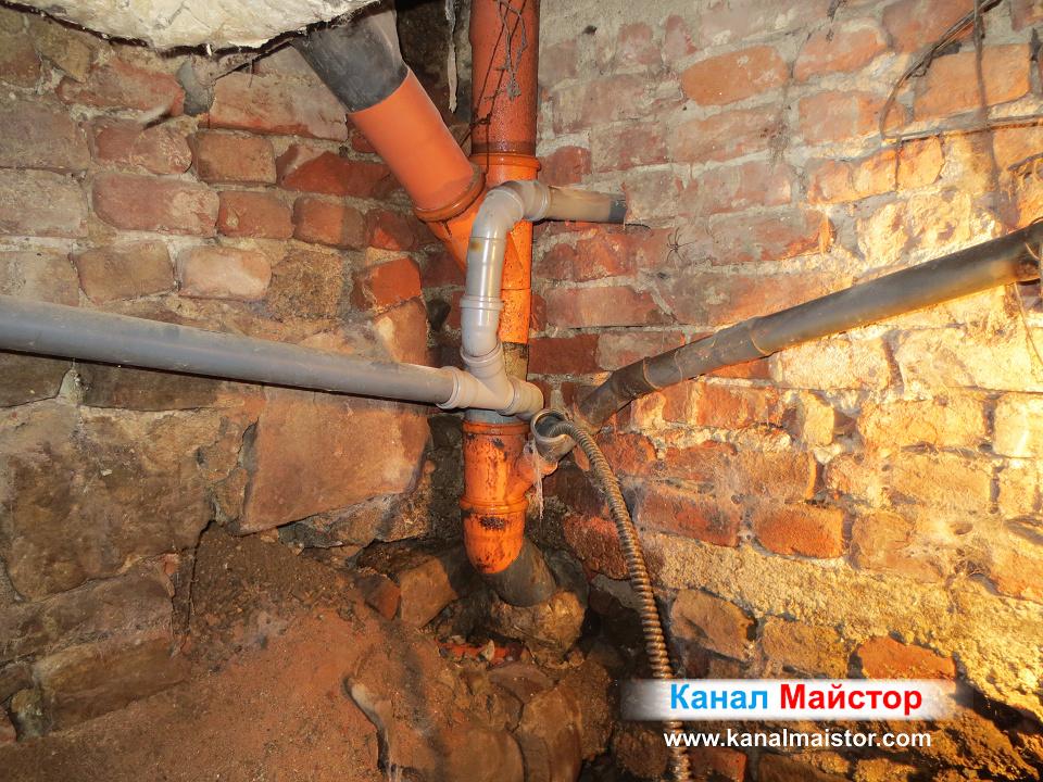 Вкараната във общият щранг спирала за отпушване на тръби и канали