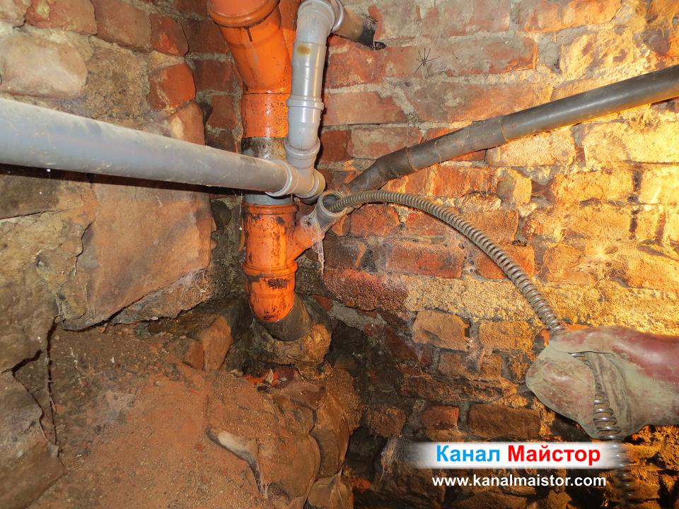 Почистване на канализационният щранг от боклуци, което ще доведе до отпушване и на вертикалните щрангове, които са свързани към него