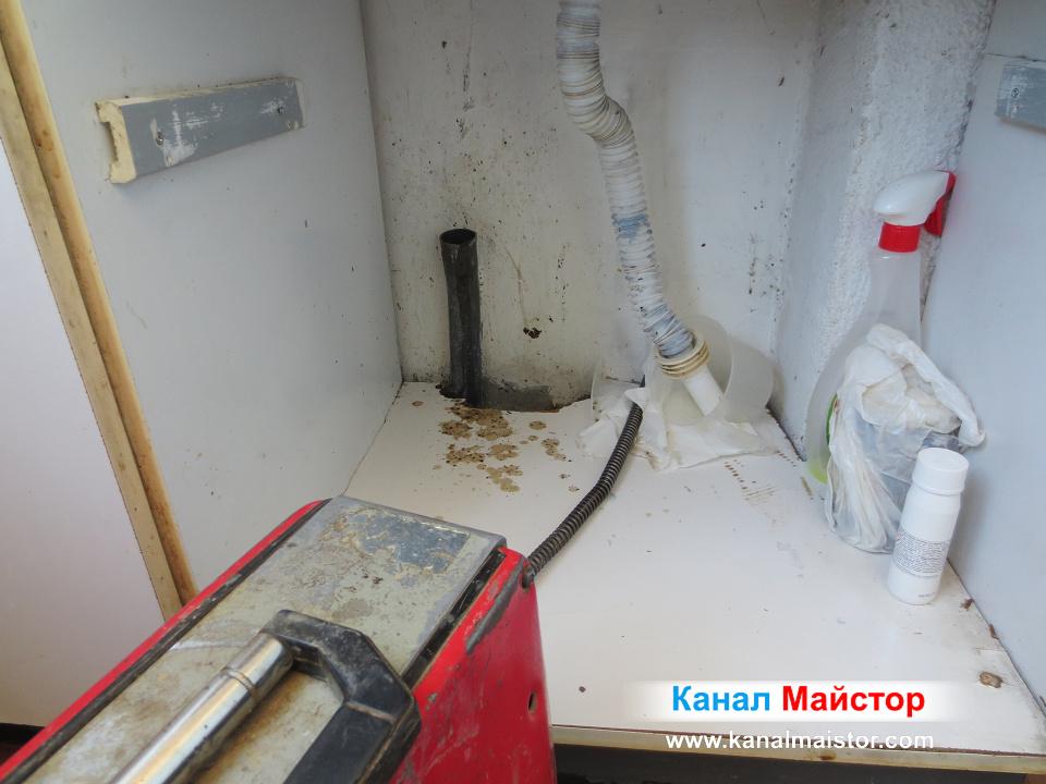 С този накрайник не успяхме да влезем в канала на мивката, затова се наложи да я отпушваме с друг накрайник