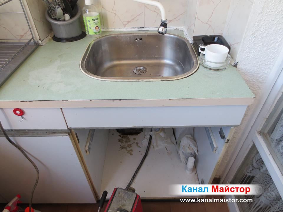 Запушената мивка изнесена на балкон
