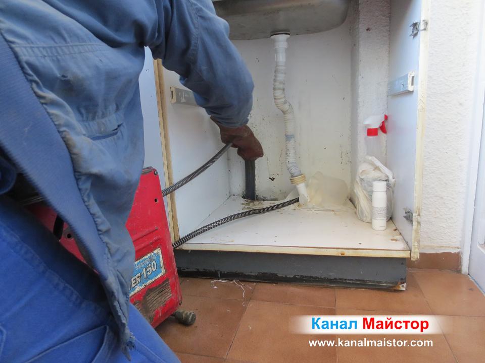 Вкарваме спиралата в запушеният канал на балконската мивка