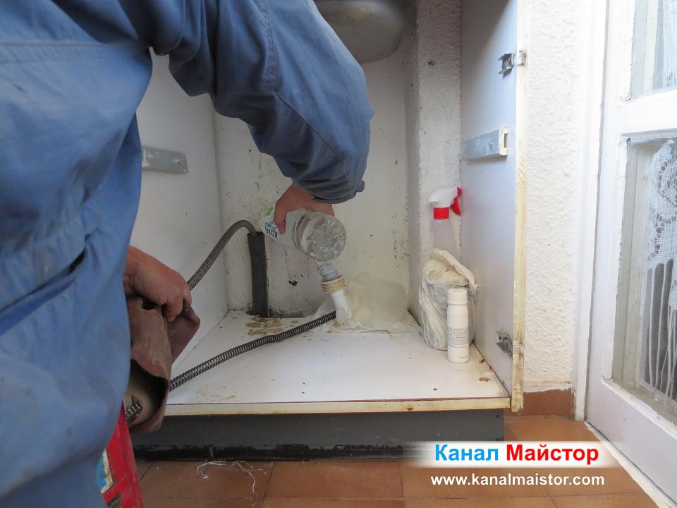 Сипваме вода в тръбата, за да може да бъдат отмити мазнините и другите наслоявания, които са запушили канализацията на мивката