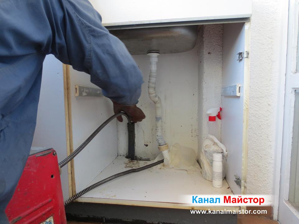 Натискаме спиралата навътре в запушената тръба, докато машината и придава въртеливо движение