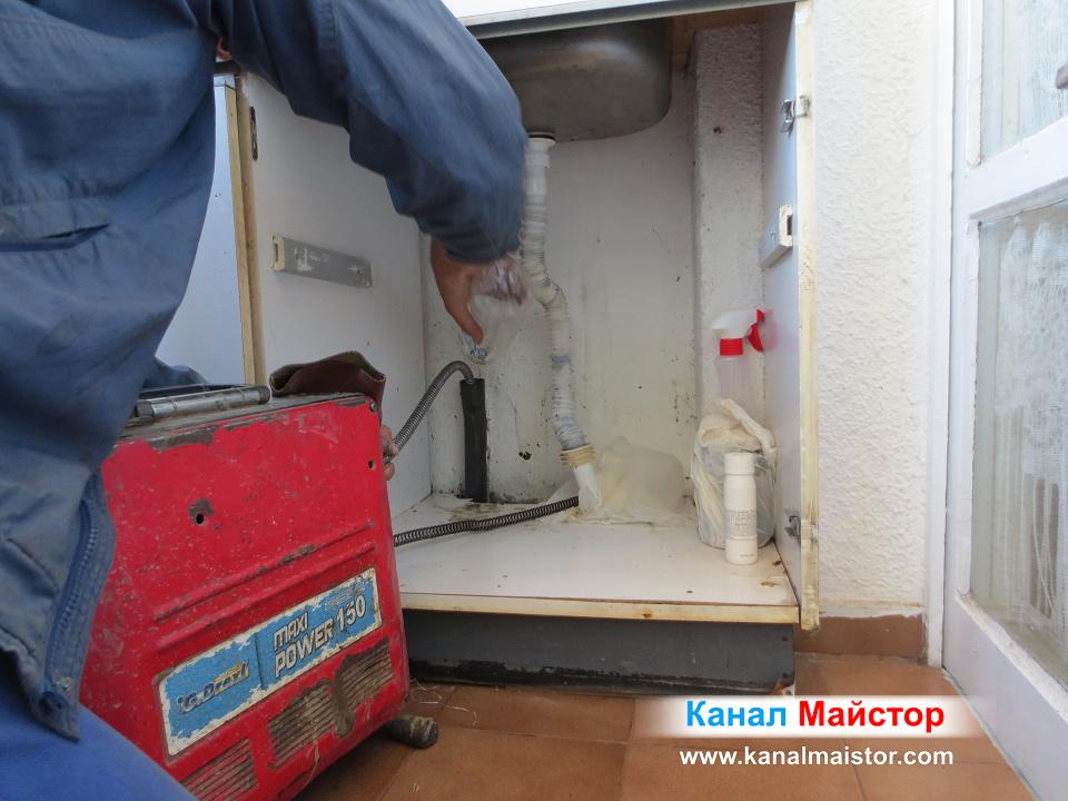 Продължаваме да сипваме вода в канала на мивката, докато съвсем бъде почистен