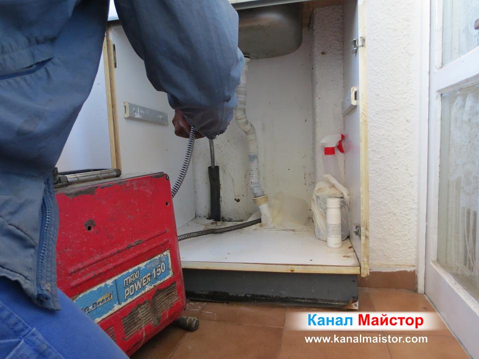 Вадим спиралата от канала на запушената балконска мивка