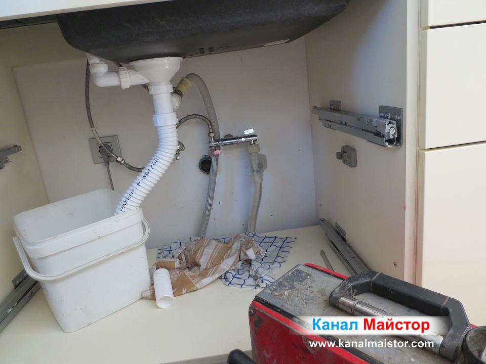 Разкаченият сифон на запушената мивка