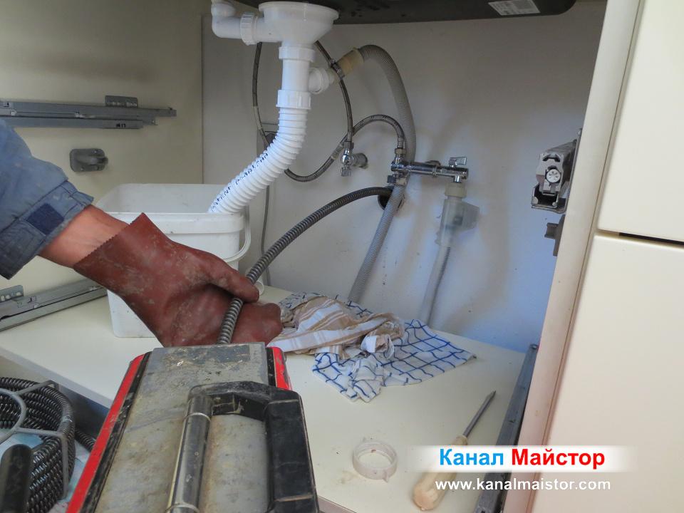 Вкарваме спиралата в запушеният канал на мивката