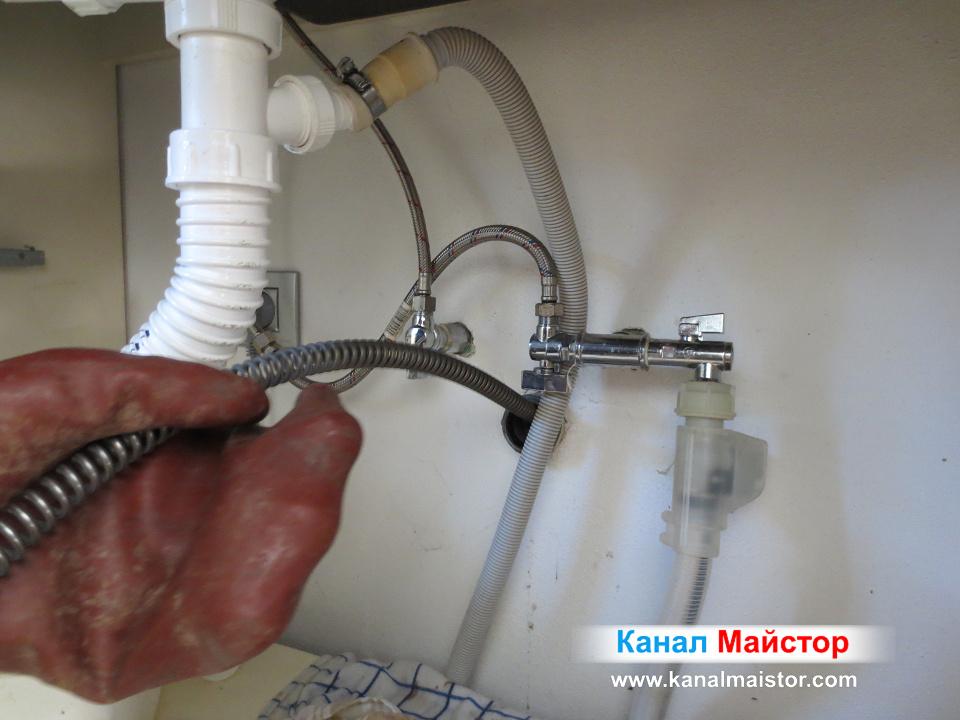 Отпушване канала на кухненската мивка