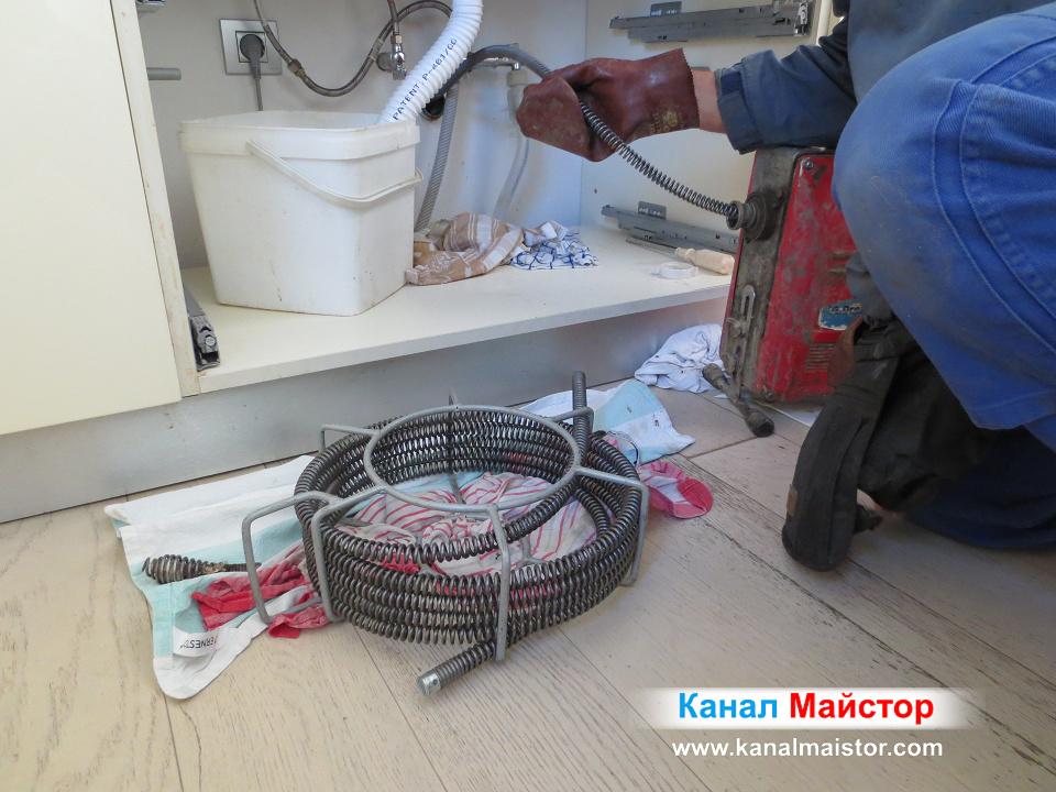 Отпушване тръбата на мивката