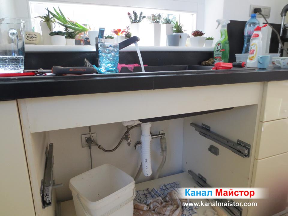 Кухненската мивка е отпушена и водата тече без да връща