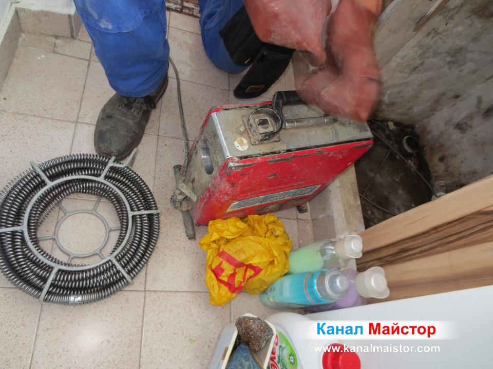 Подготвяме се за отпушване на канализацията на мивката