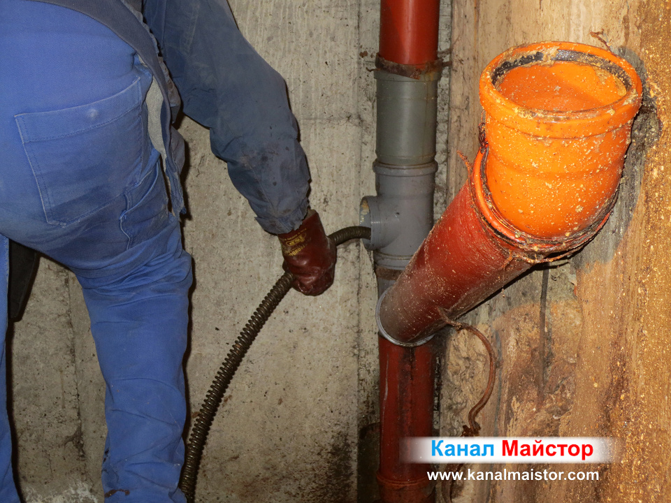 Отпушване на канализационната тръба през ревизионният отвор