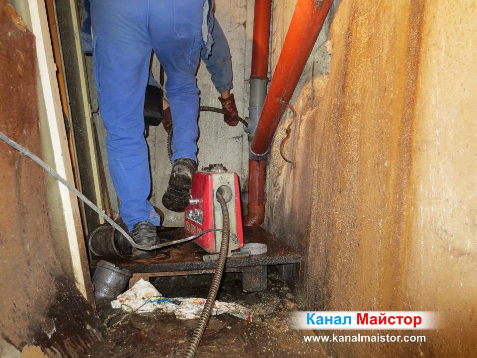 Вкарваме спиралите във вертикалната тръба, докато отпушим и почистим добре канализационните тръби