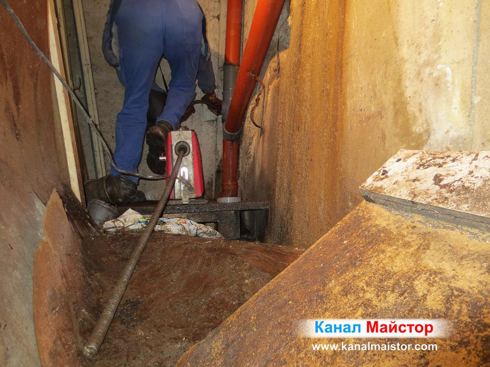 Продължаваме да вкарваме метри от спиралите през вертиканалната канализация, докато почистим и отпушим тръбите както трябва