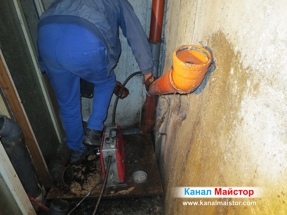 Още малко е нужно до пълното почистване и отпушване на канализационните тръби на този адрес в София