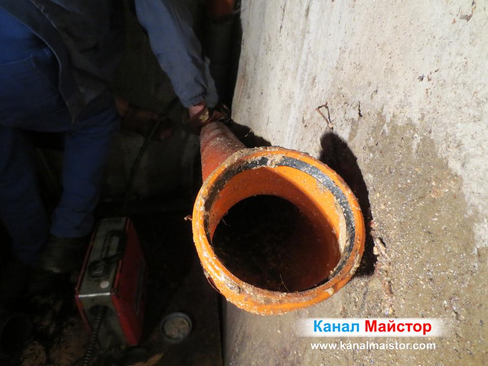 Една от канализационните тръби, през които бъркахме за да отпушим канала