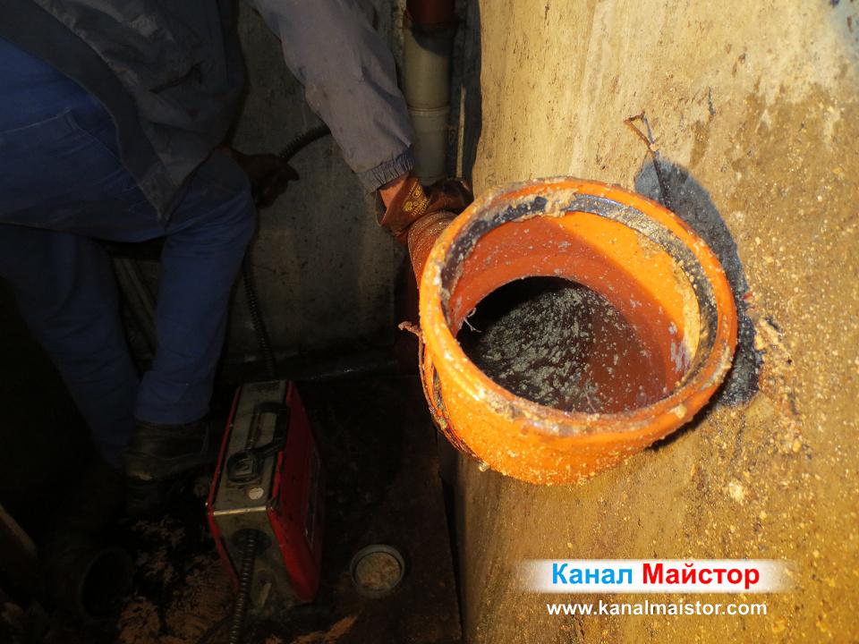 През тази канализационна тръба, успяхме да отпушим канализацията