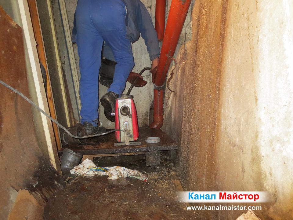 Машината продължава да върти спиралите вътре в канализационните тръби, като крайната цел е те да бъдат отпушени и почистени възможно най-добре
