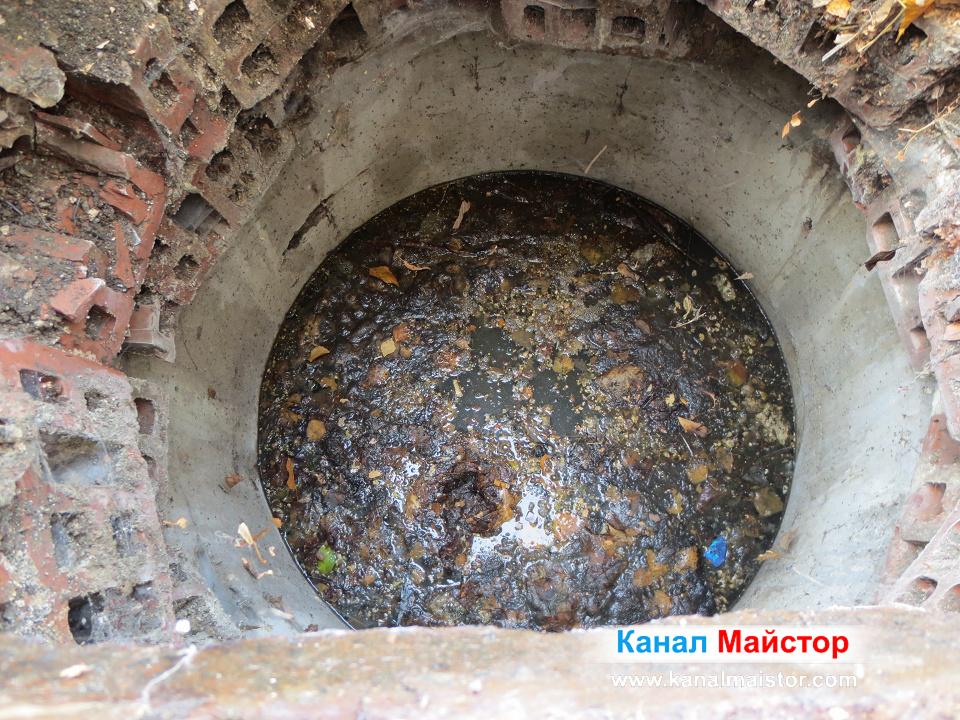 Канализационната шахта е запушена и е пълна с вода